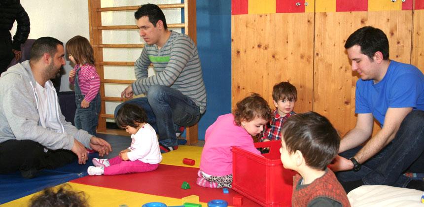 Väter spielen mit ihren Kindern im Eltercafe des Stadtteiltreffs
