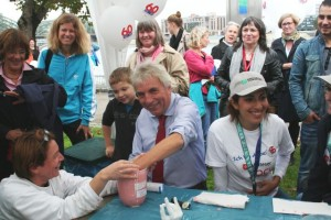 Oberbürgermeister Jürgen Roters beim Handabdruck Nehmen am Stand des Kinderschutzbundes
