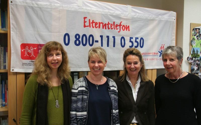 Teilhehmerinnen am Pressegespräch 15 Jahre Elterntelefon Köln, v.l. Claudia Reindl (neue Koordinatorin), Michaela Lippmann (Vorgängerin als Koordinatorin), Lisbeth P und Regine S.
