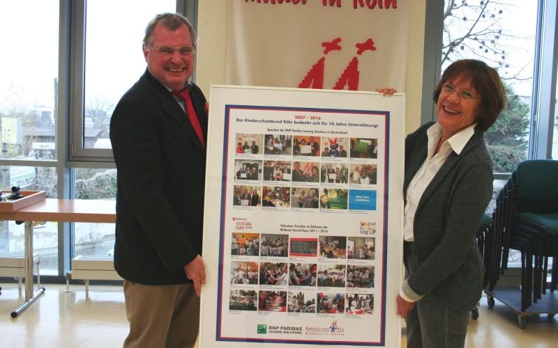 Übergabe des Aktionsposter 10 Jahre Kooperation BNP Paribas Leasing Solutions und Kinderschutzbund Köln