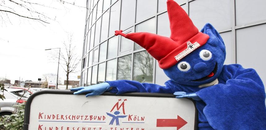 Kibu das Kinderschutzbund Maskottchen vor dem Kinderschutz-Zentrum