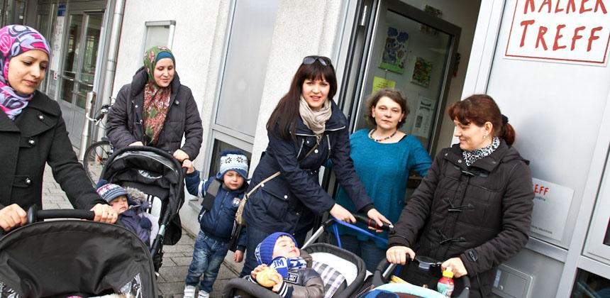 Mütter mit Kinderwagen vor dem Kalker Treff