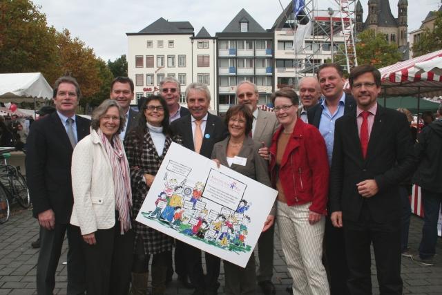 Gruppenbild mit Rotariern und Oberbürgermeister Jürgen Roters auf dem Heumarkt beim Ehrenamtstag
