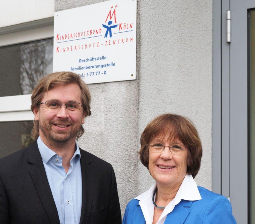 euer Geschäftsführer Lars Hüttler mit Barbara Zaabe vor dem Kinderschutz-Zentrum