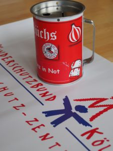 Mit diesen Kötterbuchsen sammeln die Roten Funken für den Kinderschutzbund Köln
