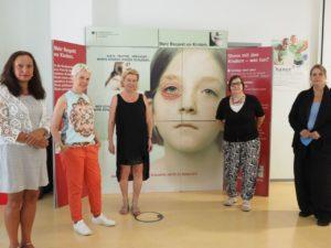 Gruppenfoto vor der Originalkampagnenwand aus dem Jahr 2000
